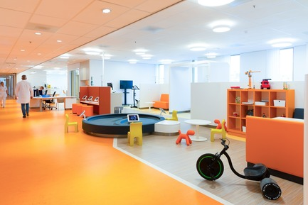 "Press kit | 3665-01 - Press release | PrestigiousiF DESIGN AWARD 2019 for Experience Design OfficeMMEK' - MMEK' - Commercial Interior Design -          <span class=""""></span>Daycare –         The day-care rooms on the second and third floors are two special areas. These large open spaces are divided into smaller units that families can retreat to and in which children can do their homework or play. The layout is such that care providers still have a clear overview of the entire space. - Photo credit: Chris van Koeverden"