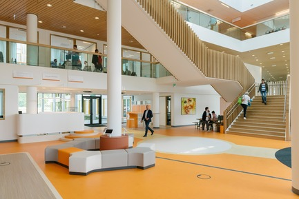 Dossier de presse | 3665-01 - Communiqué de presse | PrestigiousiF DESIGN AWARD 2019 for Experience Design OfficeMMEK' - MMEK' - Commercial Interior Design -          Hall – The entrance serves as a central reception area for visitors to the Princess Máxima Centre. It also has a residential function and includes a coffee corner, space for temporary exhibitions, playground furniture and access to the restaurant. - Crédit photo : Erik van 't Wout