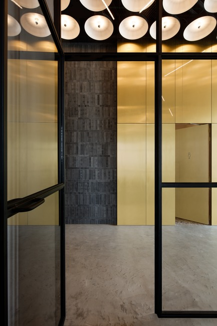 Dossier de presse | 3809-01 - Communiqué de presse | Warehouse GYM D3 - VSHD Design - Commercial Interior Design - View from the cycling studio into the main corridor. - Crédit photo : Nik and Tam