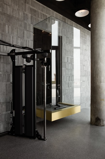 Dossier de presse | 3809-01 - Communiqué de presse | Warehouse GYM D3 - VSHD Design - Design d'intérieur commercial - Suspended glass podium in the main gym floor. - Crédit photo : Nik and Tam
