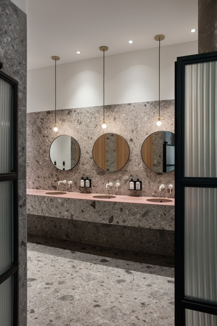Dossier de presse | 3809-01 - Communiqué de presse | Warehouse GYM D3 - VSHD Design - Commercial Interior Design - The wash area in the changing room with custom made mirrors and pink vanity. - Crédit photo : Nik and Tam