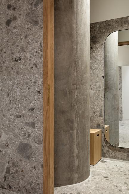 Dossier de presse | 3809-01 - Communiqué de presse | Warehouse GYM D3 - VSHD Design - Design d'intérieur commercial - Changing room cubical with original structural column in raw concrete blending in with the tiles texture. - Crédit photo : Nik and Tam