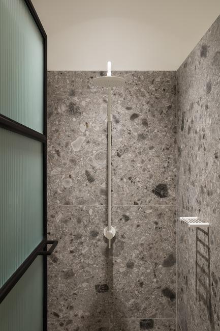Dossier de presse | 3809-01 - Communiqué de presse | Warehouse GYM D3 - VSHD Design - Commercial Interior Design - The shower cubical with customized ribbed glass doors. - Crédit photo : Nik and Tam