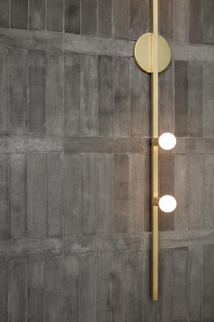Dossier de presse | 3809-01 - Communiqué de presse | Warehouse GYM D3 - VSHD Design - Commercial Interior Design - Raw concrete bricks combined with refined brass wall lights by Lambert et Fils - Crédit photo : Nik and Tam