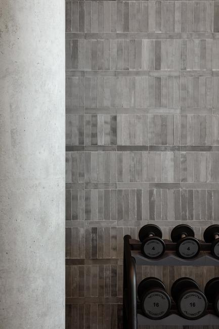 Dossier de presse | 3809-01 - Communiqué de presse | Warehouse GYM D3 - VSHD Design - Design d'intérieur commercial - Details of circuit training studio with weight training zone. - Crédit photo : Nik and Tam