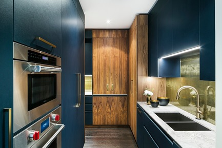 Press kit | 2185-06 - Press release | La Dolce Vita - Audax - Residential Interior Design - Butler's Pantry: Blue laminate cabinetry accented by a walnut appliance garage. - Photo credit: Erik Rotter