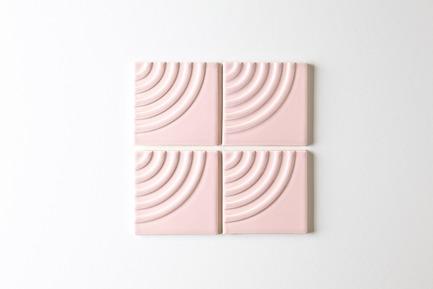 Dossier de presse | 3895-01 - Communiqué de presse | Signal Tile - Kristine Morich X Clayhaus Modern Tile - Produit -  Signal Tile | Kristine Morich X Clayhaus Modern Tile | Radius Pattern01  - Crédit photo : Ian Stout