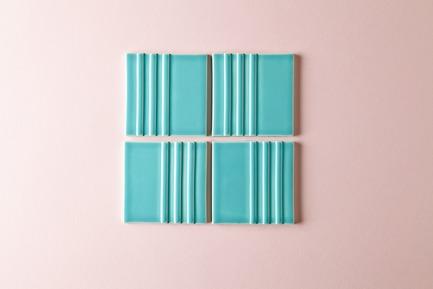 Dossier de presse | 3895-01 - Communiqué de presse | Signal Tile - Kristine Morich X Clayhaus Modern Tile - Produit -  Signal Tile | Kristine Morich X Clayhaus Modern Tile | Linear Pattern01  - Crédit photo : Ian Stout