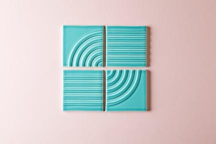 Dossier de presse | 3895-01 - Communiqué de presse | Signal Tile - Kristine Morich X Clayhaus Modern Tile - Produit -  Signal Tile | Kristine Morich X Clayhaus Modern Tile | Linear-Radius Pattern 01  - Crédit photo : Ian Stout