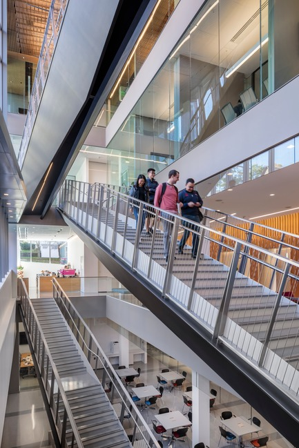 Dossier de presse | 2353-04 - Communiqué de presse | The Breazzano Family Center Blazes a Trail for Academic Development in Collegetown - ikon.5 architects - Institutional Architecture - Social stair looking east - Crédit photo : Brad Feinknopf