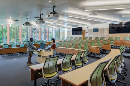 Dossier de presse | 2353-04 - Communiqué de presse | The Breazzano Family Center Blazes a Trail for Academic Development in Collegetown - ikon.5 architects - Institutional Architecture - Typical tiered classroom - Crédit photo : Brad Feinknopf