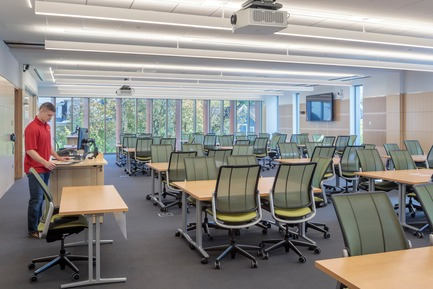 Dossier de presse | 2353-04 - Communiqué de presse | The Breazzano Family Center Blazes a Trail for Academic Development in Collegetown - ikon.5 architects - Institutional Architecture - Typical flat-floor classroom - Crédit photo : Brad Feinknopf