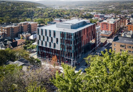 Dossier de presse | 2353-04 - Communiqué de presse | The Breazzano Family Center Blazes a Trail for Academic Development in Collegetown - ikon.5 architects - Institutional Architecture - Aerial view - Crédit photo : Brad Feinknopf
