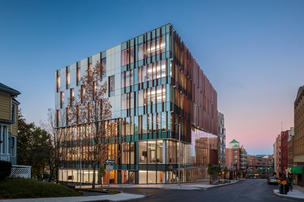 Dossier de presse | 2353-04 - Communiqué de presse | The Breazzano Family Center Blazes a Trail for Academic Development in Collegetown - ikon.5 architects - Institutional Architecture - View from downtown Ithaca - Crédit photo : Brad Feinknopf