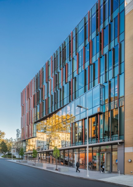 Dossier de presse | 2353-04 - Communiqué de presse | The Breazzano Family Center Blazes a Trail for Academic Development in Collegetown - ikon.5 architects - Institutional Architecture - View from Dryden Road - Crédit photo : Brad Feinknopf
