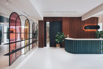 Dossier de presse | 3903-01 - Communiqué de presse | Mantab Workplace - S/LAB10 - Commercial Interior Design - Entry and reception area greeted by arched translucent coloured display screen. - Crédit photo : Heartpatrick