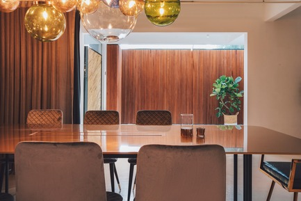 Dossier de presse | 3903-01 - Communiqué de presse | Mantab Workplace - S/LAB10 - Commercial Interior Design - Conference/ dining pod with privacy drapes drawn open. Customised 10mm thick gold copper alloy table dominates the space. - Crédit photo : Heartpatrick