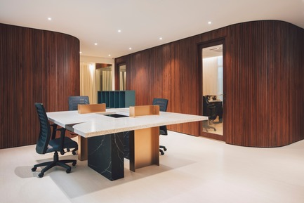 Dossier de presse | 3903-01 - Communiqué de presse | Mantab Workplace - S/LAB10 - Commercial Interior Design - Second floor general staff working area. Custom made work desk in steel, timber, stone and solid surface with timber clad directors room in background. - Crédit photo : Heartpatrick