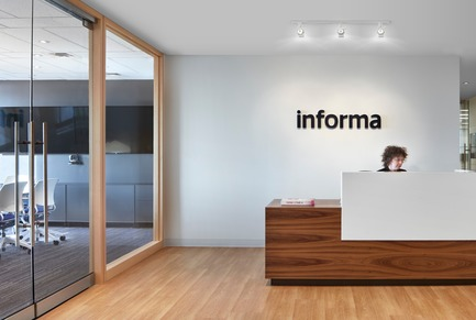 Dossier de presse | 1513-02 - Communiqué de presse | Informa Toronto - Dubbeldam Architecture + Design - Design d'intérieur commercial - The custom walnut and Corian reception desk was constructed by AyA. - Crédit photo : Shai Gil