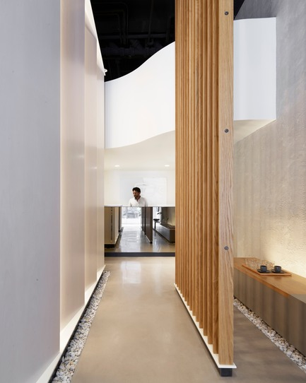 Dossier de presse | 2757-08 - Communiqué de presse | Montalba Architects' Studio Dental IIWins 2019 AIA Institute Honor Award for Interior Architecture - Montalba Architects - Commercial Architecture - In place of a common waiting room, a park-like bench extends the length of the space. - Crédit photo : Kevin Scott
