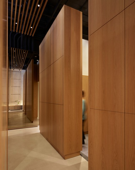 Dossier de presse | 2757-08 - Communiqué de presse | Montalba Architects' Studio Dental IIWins 2019 AIA Institute Honor Award for Interior Architecture - Montalba Architects - Commercial Architecture - A central colonnade of maple monoliths serves as functional storage and defines the entry to each private patient room. - Crédit photo : Kevin Scott