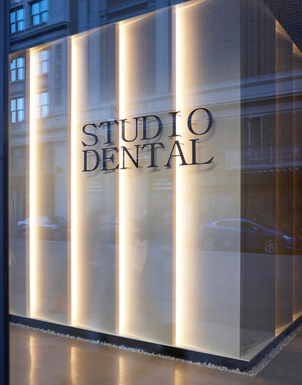 Dossier de presse | 2757-08 - Communiqué de presse | Montalba Architects' Studio Dental IIWins 2019 AIA Institute Honor Award for Interior Architecture - Montalba Architects - Commercial Architecture - The lantern wall panels glow through the storefront to brighten the street. - Crédit photo : Kevin Scott<br>