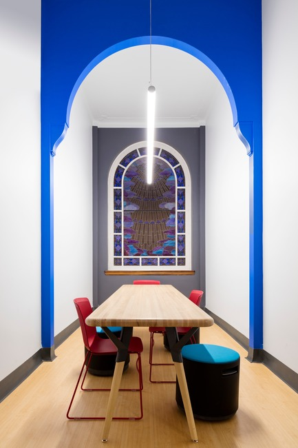 Press kit | 1299-02 - Press release | Collège Sainte-Anne: Planning and Development at the Service of Pedagogy - Taktik design - Commercial Interior Design - work room the chapel - Photo credit: Maxime Brouillet