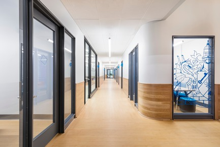 Press kit | 1299-02 - Press release | Collège Sainte-Anne: Planning and Development at the Service of Pedagogy - Taktik design - Commercial Interior Design - Management office corridor - Photo credit: Maxime Brouillet