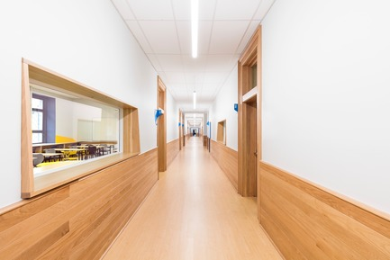Press kit | 1299-02 - Press release | Collège Sainte-Anne: Planning and Development at the Service of Pedagogy - Taktik design - Commercial Interior Design - classroom corridor - Photo credit: Maxime Brouillet