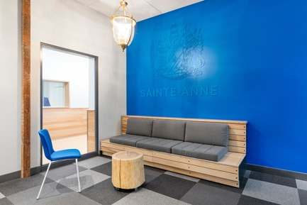 Press kit | 1299-02 - Press release | Collège Sainte-Anne: Planning and Development at the Service of Pedagogy - Taktik design - Commercial Interior Design - waiting room reception desk - Photo credit: Maxime Brouillet