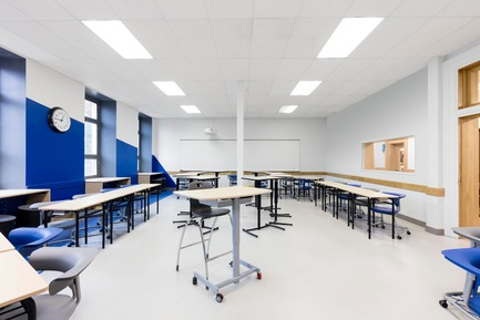 Press kit | 1299-02 - Press release | Collège Sainte-Anne: Planning and Development at the Service of Pedagogy - Taktik design - Commercial Interior Design - blue classroom - 1  - Photo credit: Maxime Brouillet