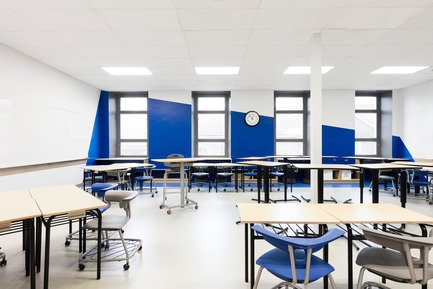 Press kit | 1299-02 - Press release | Collège Sainte-Anne: Planning and Development at the Service of Pedagogy - Taktik design - Commercial Interior Design - blue classroom - 2  - Photo credit: Maxime Brouillet