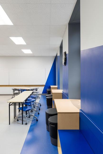 Dossier de presse | 1299-02 - Communiqué de presse | Collège Sainte-Anne: Planning and Development at the Service of Pedagogy - Taktik design - Commercial Interior Design - blue classroom details - Crédit photo : Maxime Brouillet