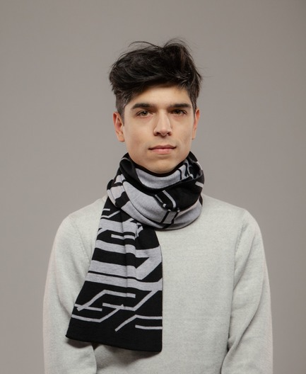 Press kit | 3910-01 - Press release | String Theory Reveals SUPERSYMMETRY, a Unique Interactive Knitting Experience - String Theory - Product - Supersymmetry - 100% merino wool scarf - Photo credit: Sébastien Gros