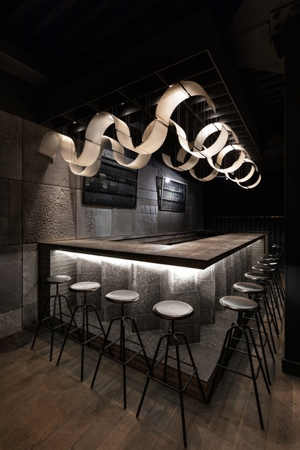 Dossier de presse | 3823-01 - Communiqué de presse | Berlin Bar, Moscow - Thilo Reich - Commercial Interior Design - Bar counter made from Berlin concrete paving stones. Light shades made from former street lights. Wall imprints of Berlin pavement in historically significant areas. - Crédit photo : Ivan Erofeev