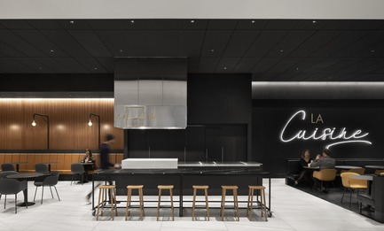 "Dossier de presse | 1081-06 - Communiqué de presse | ""La Cuisine"": Rockland Center's Culinary Experience - Architecture49 + Humà Design+Architecture - Commercial Interior Design - Rockland - ""la cuisine du chef"" island - Crédit photo : Adrien Williams"