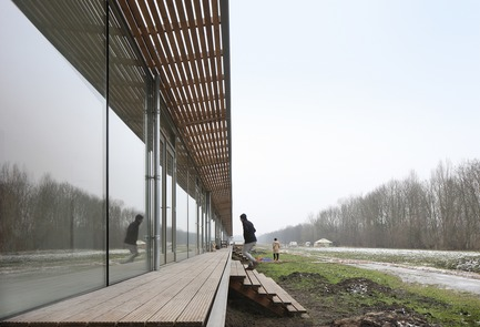 Dossier de presse | 3293-02 - Communiqué de presse | Oosterwold Co-living Complex - bureau SLA & Zakenmaker - Architecture résidentielle -    the communal porch makes it easy to connect with the neighbours  - Crédit photo : Filip Dujardin