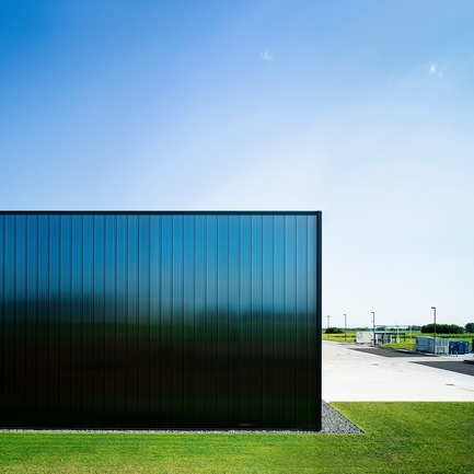 "Dossier de presse | 2613-02 - Communiqué de presse | PRATIC 2.0 - GEZA - Gri e Zucchi Architettura srl - Industrial Architecture -  	 	 	    The facade panels consist of two different type of polycarbonate combined together: the rear side has an opaque compound which impedes the light to pass through, while the front is ""frozen"" - Crédit photo : Javier Callejas"