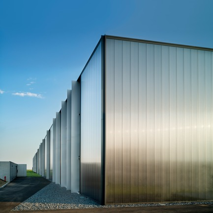 "Press kit | 2613-02 - Press release | PRATIC 2.0 - GEZA - Gri e Zucchi Architettura srl - Industrial Architecture -  	 	 	    The polycarbonate panels are customized in order to obtain a reflecting facade when seen from afar and ""deep"" when observed closely - Photo credit: Javier Callejas"