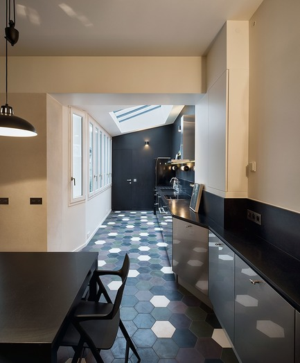 Press kit | 3894-01 - Press release | A Single Family House in Paris - Alia Bengana + Capucine de Cointet architectes - Residential Architecture -  Dining room and kitchen, steel and  stainless steel door kitchen and black granite worktop  - Photo credit: David Cousin-Marsy