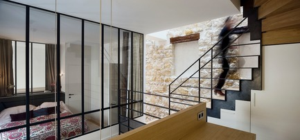 Press kit | 3894-01 - Press release | A Single Family House in Paris - Alia Bengana + Capucine de Cointet architectes - Residential Architecture - View from the office space suspended above the living room - Photo credit: David Cousin-Marsy