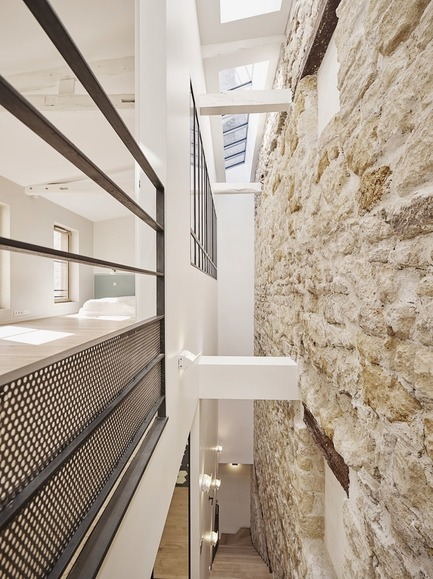 Press kit | 3894-01 - Press release | A Single Family House in Paris - Alia Bengana + Capucine de Cointet architectes - Residential Architecture - View of the fault of the staircase and the glass roof bringing light to the ground floor - Photo credit:  Benjamin Chelly<br>