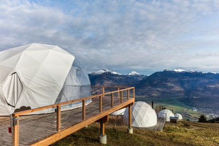 Dossier de presse | 2757-09 - Communiqué de presse | Montalba Architects Masterfully Conjurs Small Projects with Big Ideas - Montalba Architects - Art -       At the eco-luxury resort Whitepod, eighteen individual Zen Pods-- hotel-suites-in-a-pod--immerse guests in the unique experience of the alpine landscape.      - Crédit photo : Delphine Burtin
