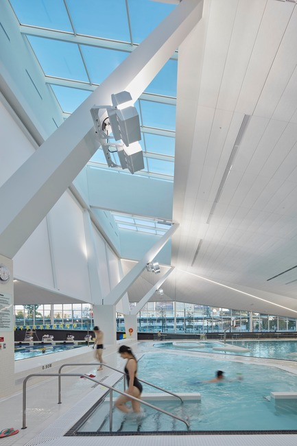 Dossier de presse | 1615-05 - Communiqué de presse | The Illuminating Engineering Society of BC announces its 2019 'Vision Award' recipients - IESBC - Design d'éclairage - UBC's Aquatic Centre (AES Engineering) located in Vancouver, BC received an Award of Merit for Interior Lighting Design.  - Crédit photo : Ema Peter, Shai Gil