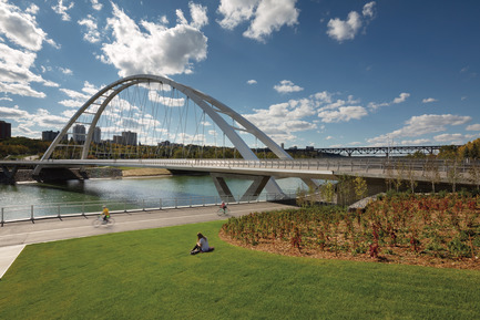 Dossier de presse | 2073-08 - Communiqué de presse | The iconic new Walterdale Bridge connects the city, nature, and people - DIALOG - Architecture institutionnelle - The landscape architecture connects people with the bridge and nature. People no longer need to cross traffic to continue on the trails in any direction. With less than 5% grade, all paved paths are fully accessible. - Crédit photo : Tom Arban Photography Inc.
