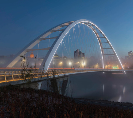 Dossier de presse | 2073-08 - Communiqué de presse | The iconic new Walterdale Bridge connects the city, nature, and people - DIALOG - Architecture institutionnelle - At night, the edges of the iconic arches are elegantly illuminated in white. Lighting design by HLB Lighting Design. - Crédit photo : Tom Arban Photography Inc.