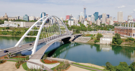 Dossier de presse | 2073-08 - Communiqué de presse | The iconic new Walterdale Bridge connects the city, nature, and people - DIALOG - Architecture institutionnelle - The new Walterdale Bridge announces you've arrived Downtown, framing views of the city and river valley. - Crédit photo : City of Edmonton