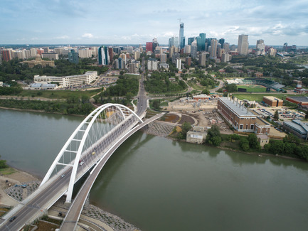 Press kit | 2073-08 - Press release | The iconic new Walterdale Bridge connects the city, nature, and people - DIALOG - Institutional Architecture - Beyond providing a refreshed visual identity for Edmonton, Walterdale Bridge creates a prominent public space where the duality of the city and nature are experienced and celebrated at a pivotal location. Crossing the river is now enjoyable for all modes. - Photo credit: DIALOG