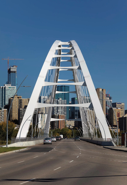 Dossier de presse | 2073-08 - Communiqué de presse | The iconic new Walterdale Bridge connects the city, nature, and people - DIALOG - Architecture institutionnelle - The bridge deck, supported by 32 hangers, is a steel framework supporting a cast-in-place concrete deck covered with asphalt. It used 65 tonnes of reinforcing steel and 1600m3 of concrete. The bridge currently carries three lanes of traffic, but is designed so that another lane can be added. - Crédit photo : Tom Arban Photography Inc.