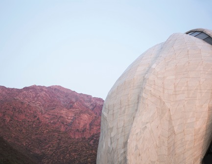 Dossier de presse | 907-07 - Communiqué de presse | RAIC Shortlist - Bahá'í Temple of South America - Hariri Pontarini Architects - Concours - Temple Against Mountainous Landscape - Crédit photo :  Hariri Pontarini Architects